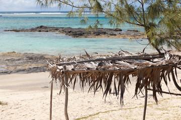 abri de paille contre le soleil sur plage de Rodrigues