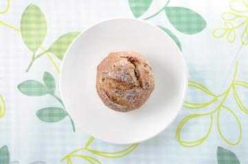 お皿にのせた フランスパン ライ麦パン テーブルクロス