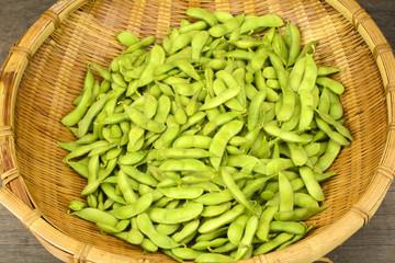 笊の中の煮た枝豆
