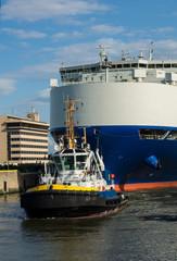 Frachtschiff mit Schlepper