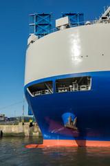 Frachtschiff vor Zugbrücke