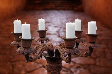 antiker kerzenleuchter auf altem steinboden