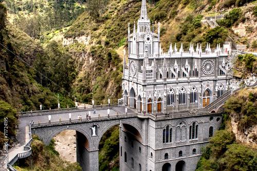 In de dag Zuid-Amerika land Las Lajas, church built on cliff in Colombia