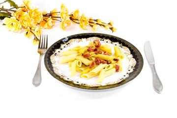 Frische Nudel mit Wurst und Käse