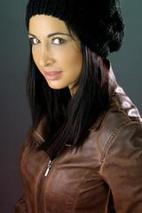 belle brune avec un bonnet