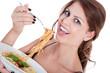 Junge Frau isst Spaghetti