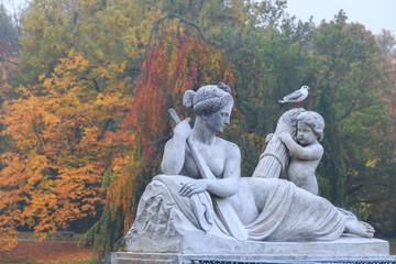 Alegoria rzeki Wisły, rzeżba w parku, Warszawa