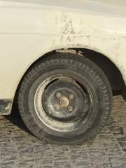 Reifen und Stahlfelge der Limousine aus türkischer Produktion