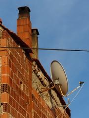 Satellitenschüssel an einem Wohnhaus in Alacati in der Türkei