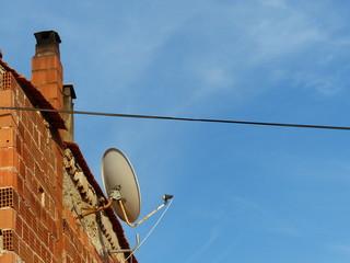 Satellitenschüssel vor blauem Himmel in Alacati bei Izmir