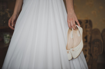 The bride holds shoes 1126.