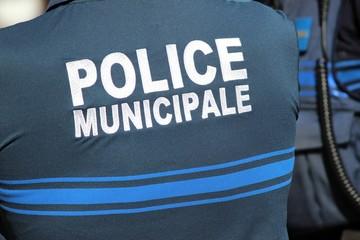 Policier municipal  en tenue d''été