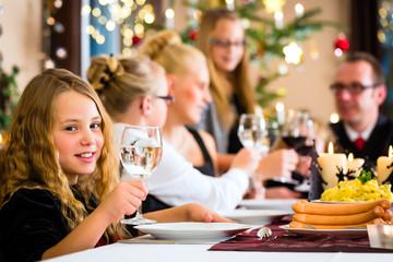 Familie feiert Weihnachten beim Essen Kartoffelsalat