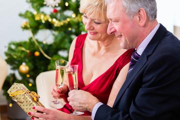Verliebtes Rentner Paar feiert Weihnachten mit Sekt