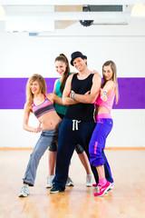 Mann beim Posen mit Frauen in Zumba Tanzschule
