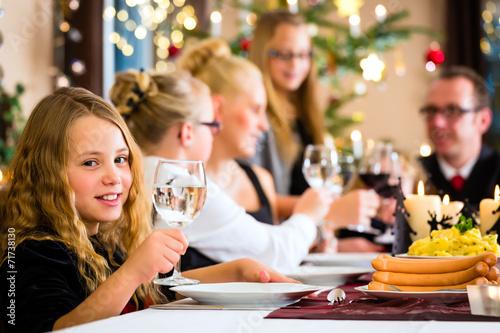 canvas print picture Familie feiert Weihnachten beim Essen Kartoffelsalat