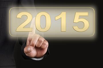 Mann drückt Button 2015