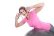 Junge Frau macht Rücken Training auf Gymnastik Ball