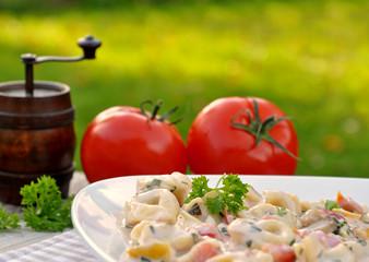 Tortellinisalat,Tomaten und Pfeffermühle