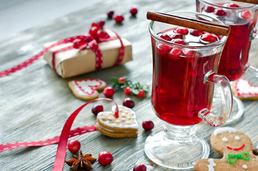 Mulled wine with cranberry and gingerbread cookies