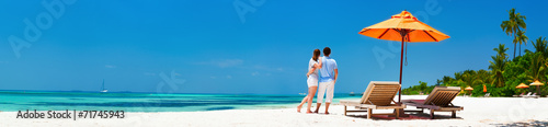 Leinwanddruck Bild Couple at tropical beach