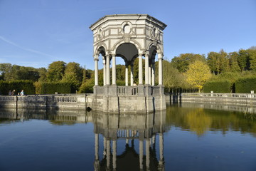 Le Pavillon des Sept Etoiles au milieu de sa pièce d'eau
