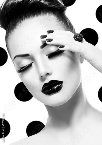 Fototapeta Vogue Style Model Girl. Trendy Caviar Black Manicure