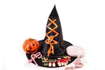 caramelle con cappello da strega su sfondo bianco
