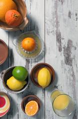 Zitrusfrüchte auf altem Holztisch