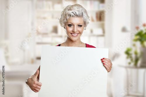 canvas print picture junge Frau mit leerem Plakat und Daumen nach oben