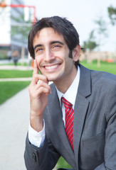 Geschäftsmann mit schwarzen Haaren macht Pause
