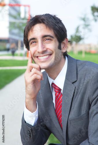 canvas print picture Geschäftsmann mit schwarzen Haaren macht Pause