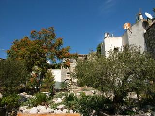 Wohnhäuser mit Satellitenschüsseln in Alacati in der Türkei