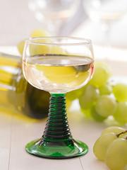 Ein Glas Weißwein im Römerglas
