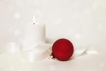 weihnachtskerze und rote kugel
