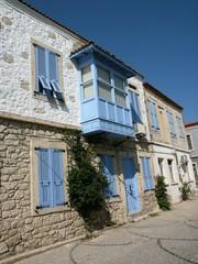 Traditionelles Haus mit hellblauem Erker in Alacati bei Izmir