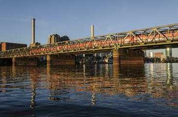 Regionalzug auf der Main-Neckar-Brücke in Frankfurt
