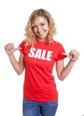 Blonde Frau im Sale-Shirt ist gut gelaunt