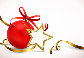 Weihnachtskugel mit Stern-Etikett und Goldband