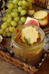 Печеночный паштет с гренками и виноградом