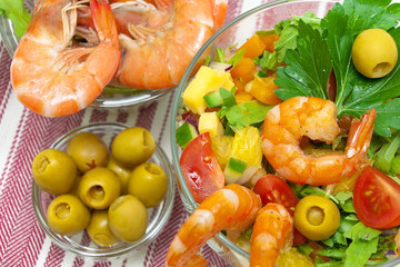 vegetable salad, shrimp and olives