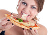 Junge Frau isst leckere Salami Pizza