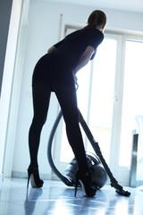 Frau putzt mit Staubsauger