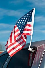 drapeau américain sur une voitre