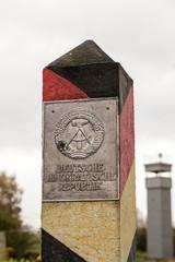 DDR-Grenzübergangmit Wachturm im Hintergrund