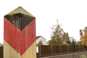 Grenzpfahl der ehemaligen DDR-Grenze an einer Bahnlinie