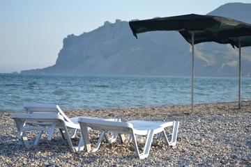 Пляж. лежаки, море, горы, шезлонг, галька