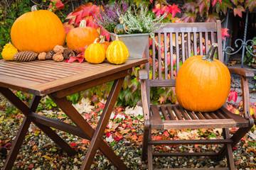 Kürbise mit Gartenmöbel