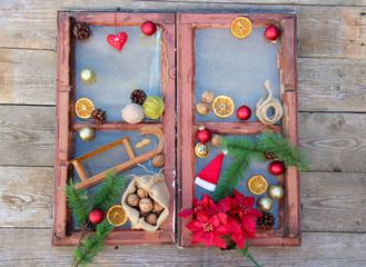 altes Fenster, weihnachtlich dekoriert