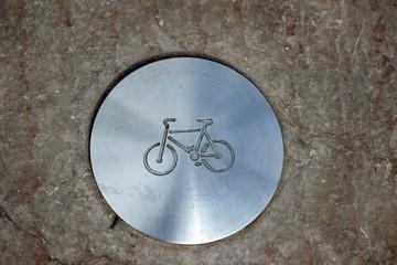 Clou de délimitation d'une piste cyclable